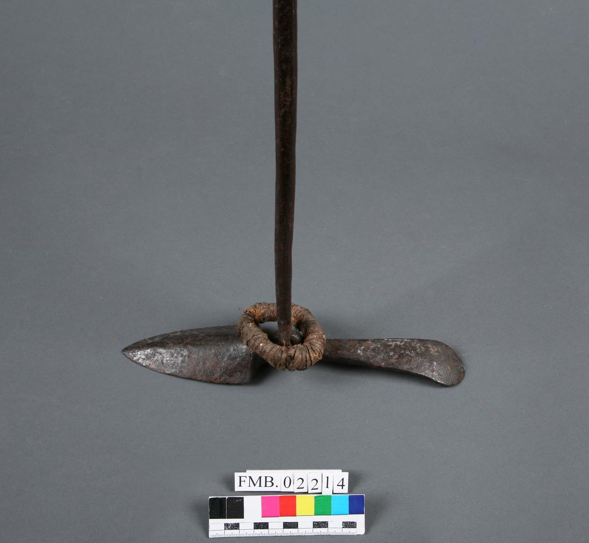 Håndharpun. Skjeformet mothake festet med øyefeste. Enden av harpunen er traktformet med hull til feste feste for skaft. 2 ringer av hamp, surret med strie.