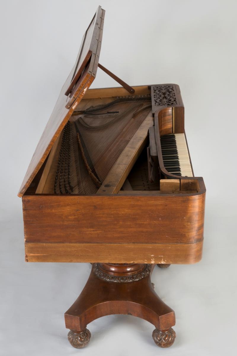"""Omfang: FF - f'''', (6 oktaver). Kasse i mahognyfinér (alle sider) med rundete fremre sarghjørner. Innvendig lys finér. Todelt lokk av massiv(?) mahogny med tilhørende lokk for klaviaturets front i vinkel.   I stedet for ben hviler instrumentet på en rikt utskåret kraftig søyle, som ender i en plate med fire dreide, utskårete kuleben.   Frontbrettet er buet i endene som slutter i messingstaver. På hver side av frontbrettet rektangulært felt med symmetrisk løvsagarbeid, sølvbrokade bak beskyttelsesplater av kartong, festet med tegnestifter (sekundære).  Nedfellbart notestativ av smale mahognylister. List på undersiden av lokk tjener som notestativ. Én pedal.  Bakre sarg tykkere enn øvrige sarger (48 mm respektive 20 mm) Én lokkpinne på høyre side.  Hel triangelformet klangbunn av gran(?) m diagonal årretning parallell med åpning for hammere. Ekstra forsterking ved en trelist diagonalt parallelt foran basstrengene. To, eller flere tverrgående ribber (parallelt med sidesarg) innenfor dammet. S-formet stol, delt i to (bassteg for FF-G#). Dobbel (!) backpinning FF-g'', deretter enkel backpinning, alle stifter av jern.  Stemmestokk av lyst løvtre festet mot baksarg, bak strengene. Stemmeskruer m hull og rektangulær hode. Tonebokstaver brannstemplet: """"...A, B, H, C, Cs, D, Ds ..""""  I bass er det i tillegg pregede skinnlapper i første oktav. Ingen notering om strengedimensjoner.  Produksjonsnummer (?) 654 med brannstempel i diskant på stemmestokk.  Anhengsstokk av lyst løvtre i vinkel festet m 16 skruer og bolter (av ulik fasong, montert ved ulike tidspunkt, sekundære).  To strenger per kor opprinnelig. Basstrenger (FF-F) i dag kun en streng/kor (sadelstift finnes, likeså spor etter stemmeskruer (gjenplugget) under biter av lær med tonebokstaver).   FF-F tettspunnet F#-G# vidspunnet A-f'''' jern Remse av svart stoff demper strengene mellom stol og anhengstokk.   Engelsk dobbelmekanikk med tråddempere /overdempere (FF-b''), som henger på separat list. Hammerhoder dekket av et"""