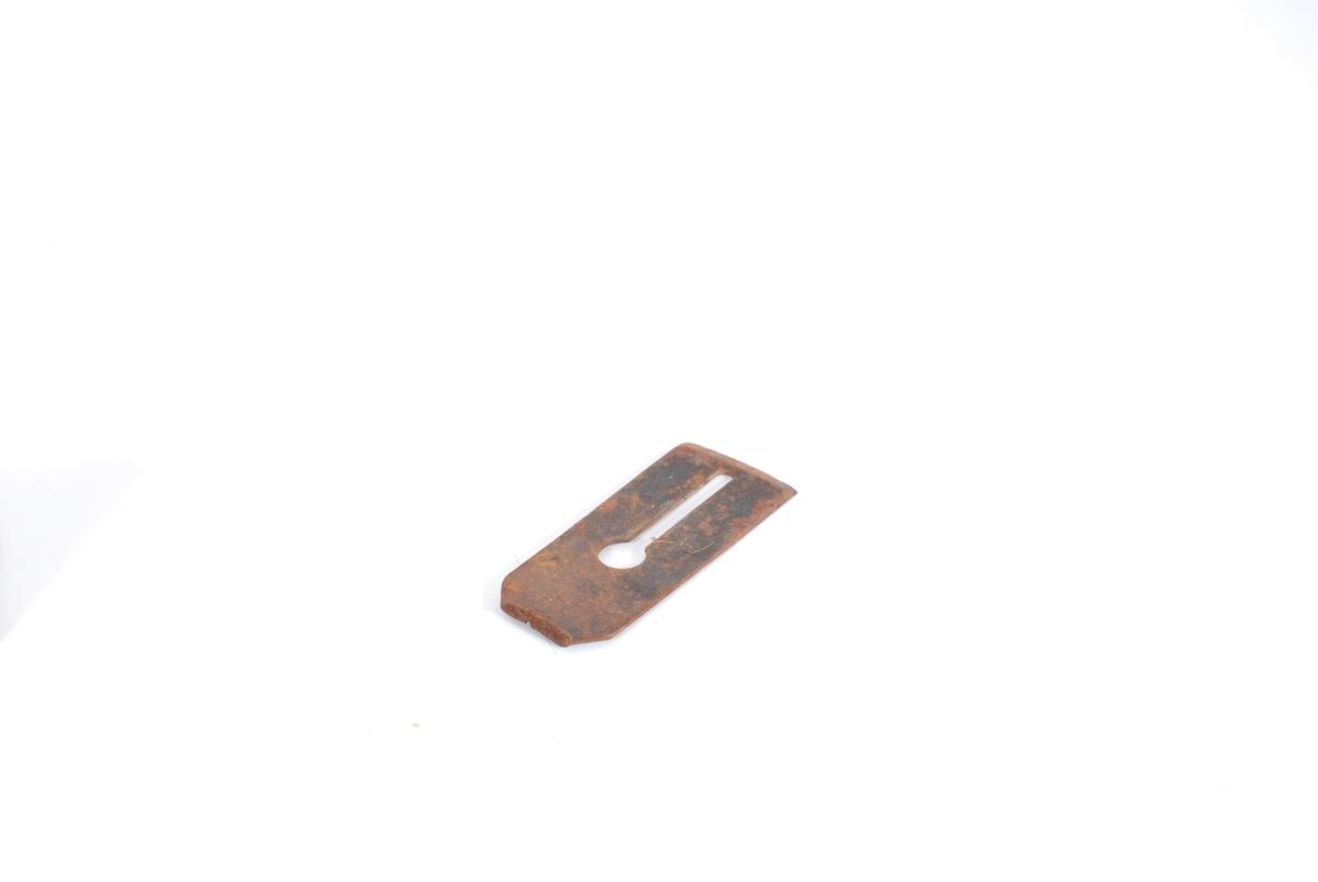 Form: Rekt. form, midten: utspavret en skisse m. en sirkulær utv. i øverkant. Egg er slipt på en side.