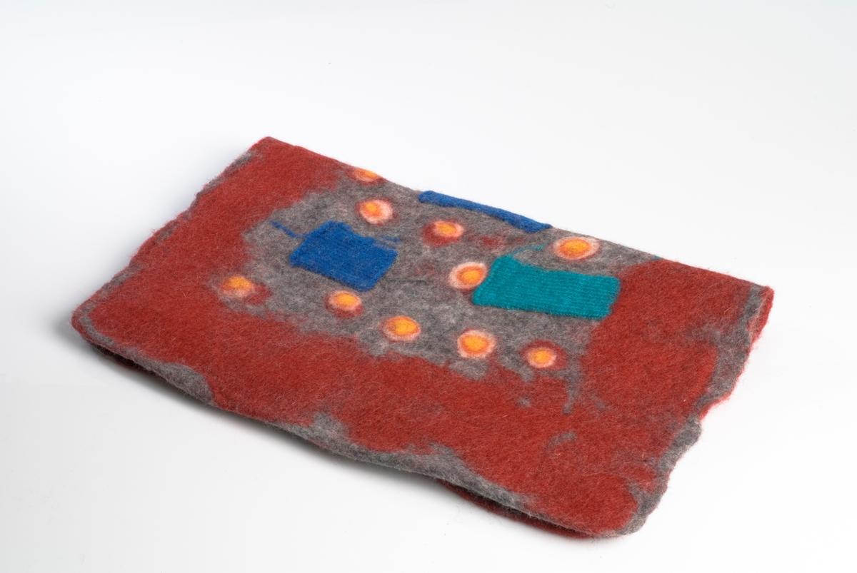 Strikket veske i rødt ullgarn med tovet mønster i oransje, blå og tyrkis