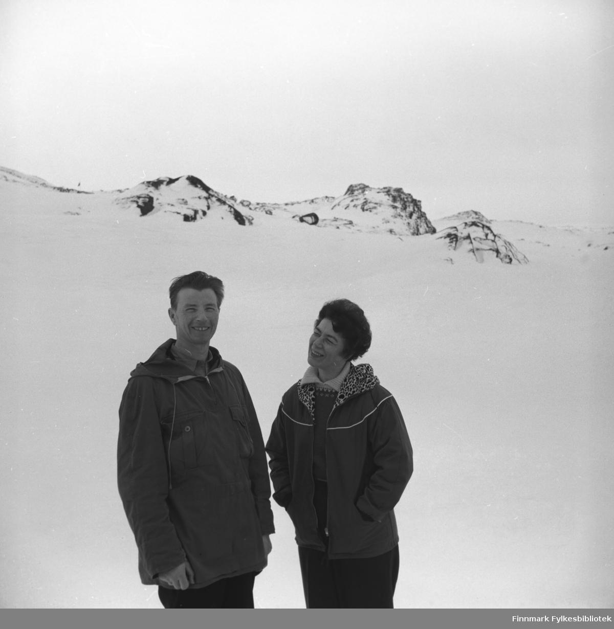 Eino og Jenny Drannem på tur i et snødekt fjell. Muligens i Hammerfest-området.