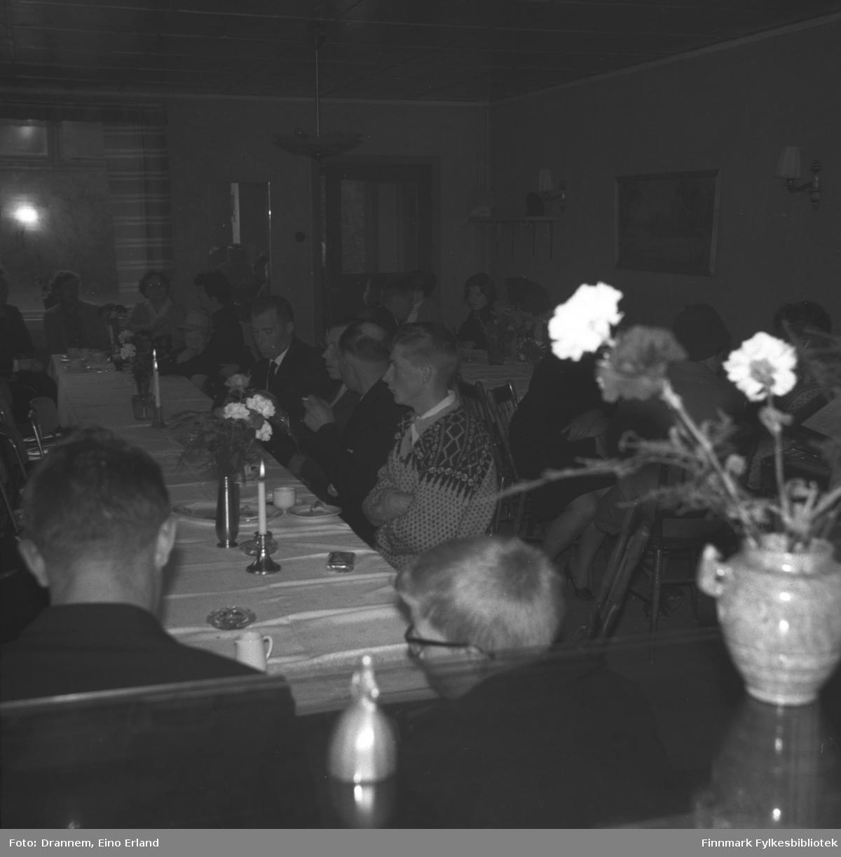 Mange personer sitter ved langbord i et lokale i Neiden. Dette kan være fra Alfred Karikoskis begravelse i august 1965.