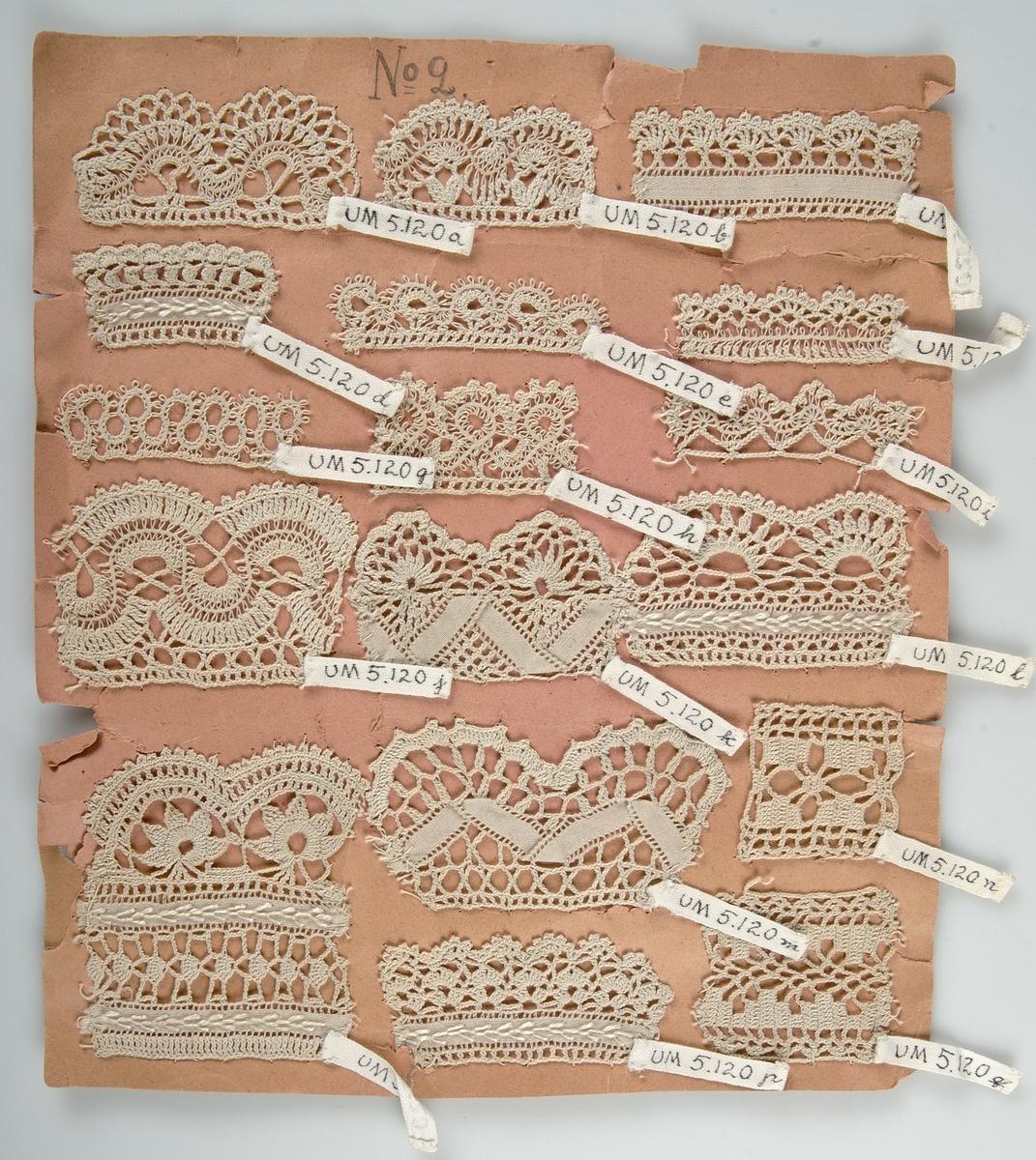 17 virkade spetsprover av beige bomull fästade vid 21 x 26 cm stort brunt papper märkt No 2. Några av spetsproven har även broderade stygn.