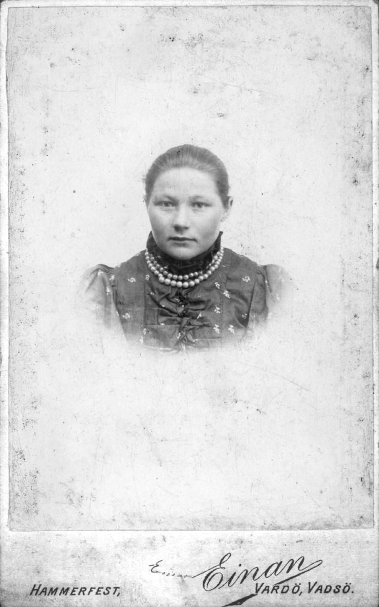 Visittkortportrett av en ung kvinne.