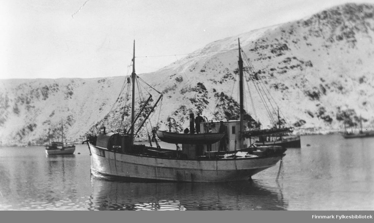 Fiskebåt, ser ut til å være fotografert utenfor Skjøtningberg på 1950-tallet. B 5722