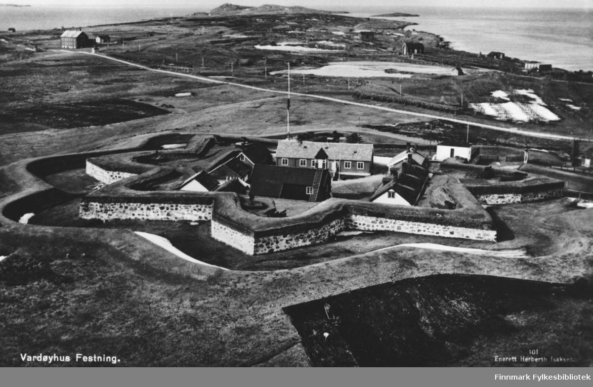 Vardøhus festning. Påtrykt tittel: 'Vardøyhus Festning'. Postkort med enerett Herberth Isaksen. B 5745