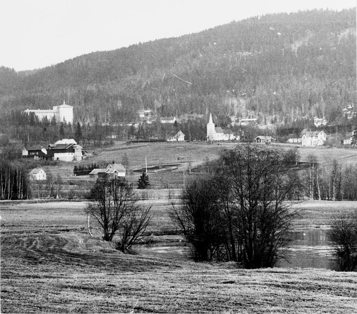Landskap i Hakadal, med Glittre og Hakadal kirke og Glittre gård (til venstre)
