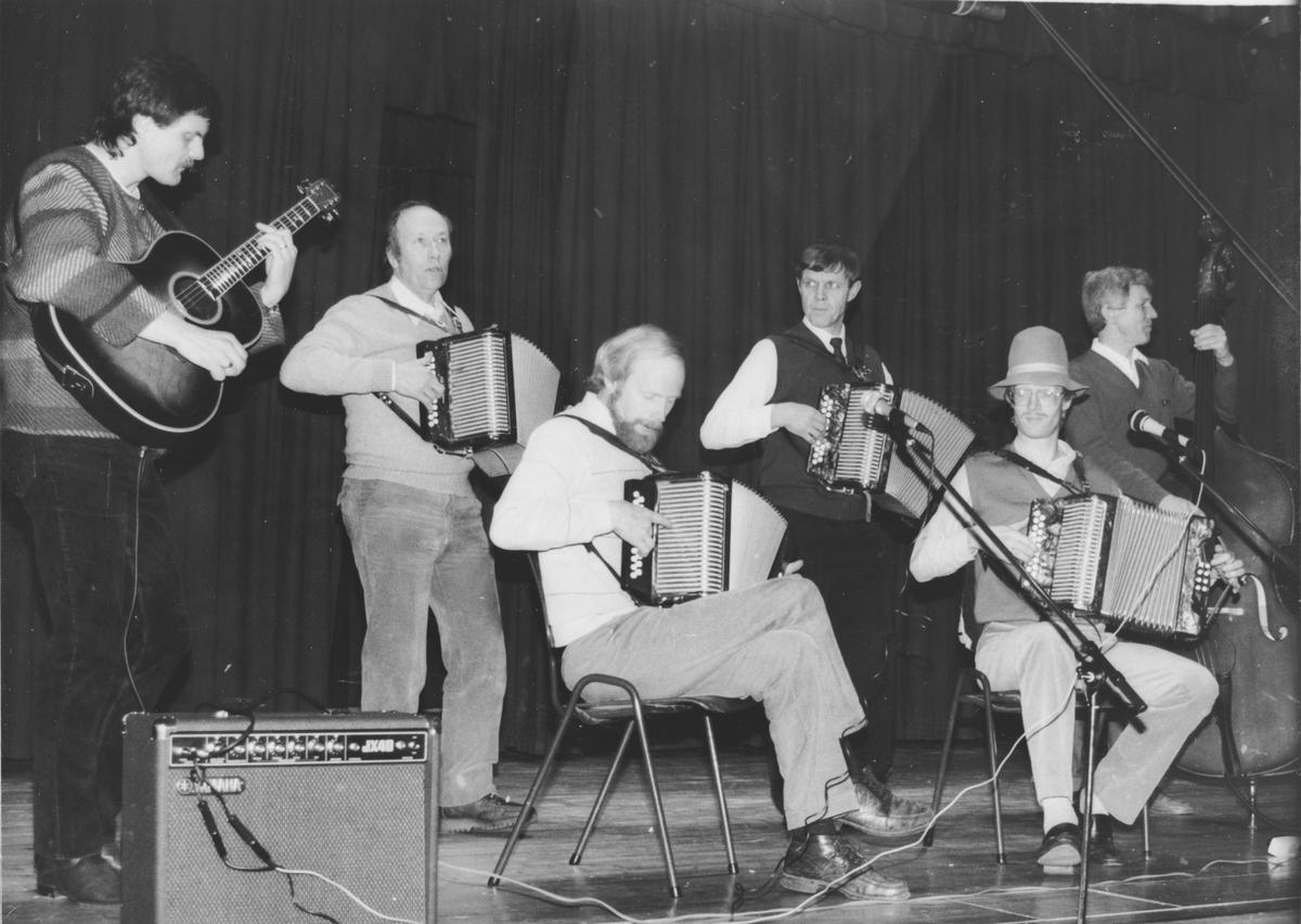 Toraderklubben Haka-Ton etablerte seg i Hakadal og spilte til underholdning.