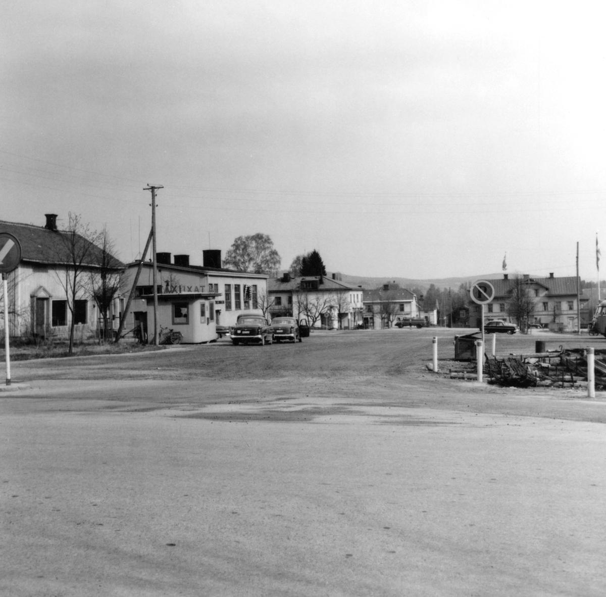 Någonstans i Värmland - från slutet av 1950-talet: Torsby. Lämna gärna en kommentar om du vet något om bilden.