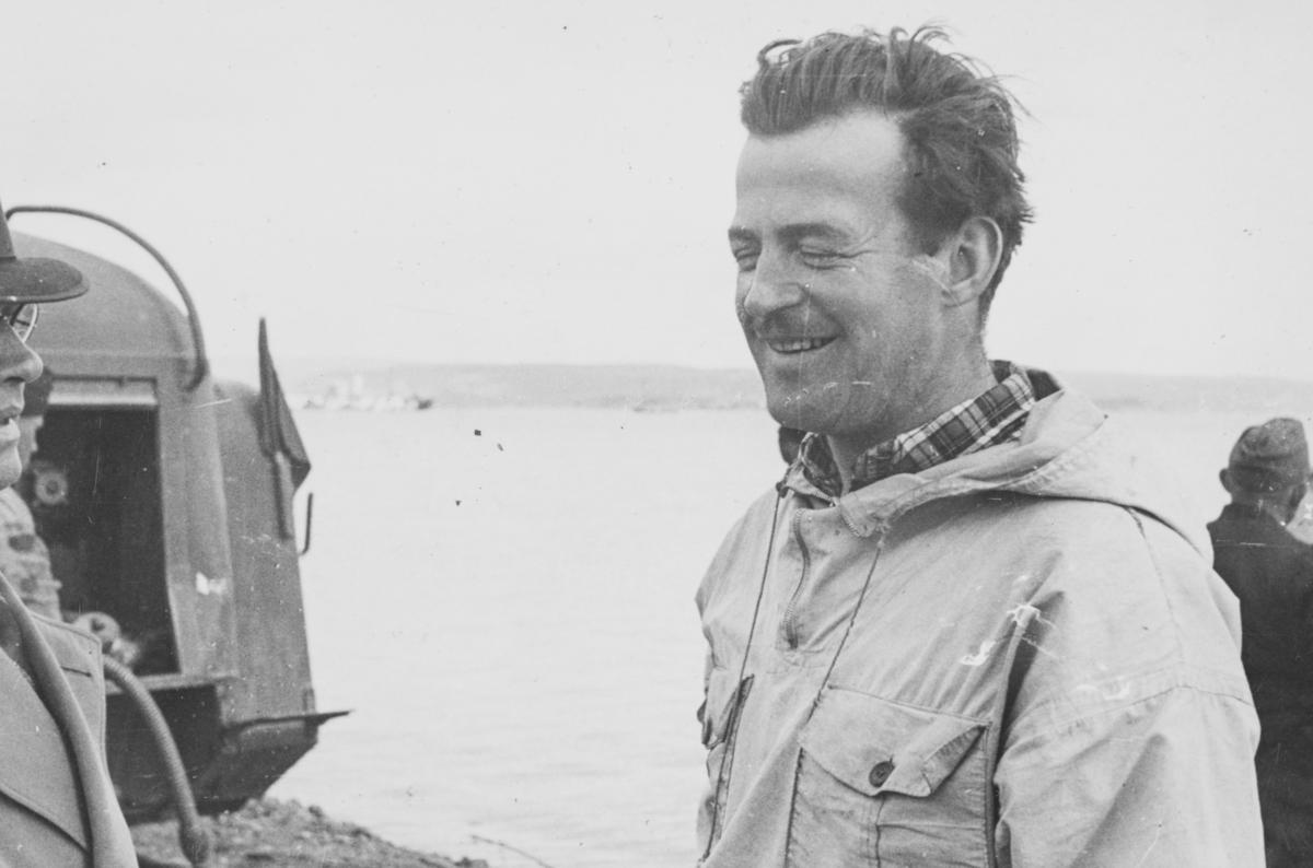 """Flyver Hans Grøn Lund ved ambulanseflyets avgang til Nord-Norge. Tekst fra album: """"Glatvet - Hans G. Lund."""" (Glatvet skimtes til venstre.)"""