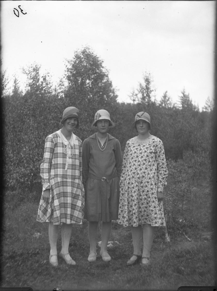 Tre okända kvinnor.