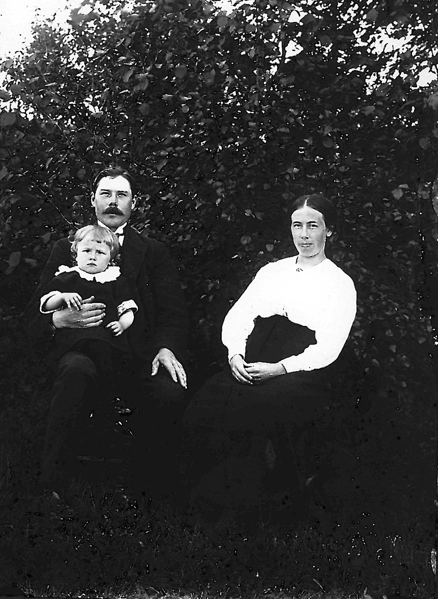 Johan Sandström, född 1898 med hustrun Kristina Sandström, född Persson, och sonen Per samt Olle som ligger i magen.
