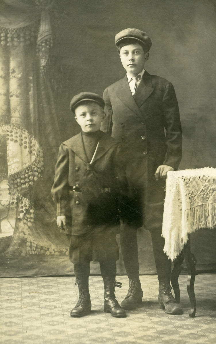 Portrett av to gutter, tatt i Amerika.
