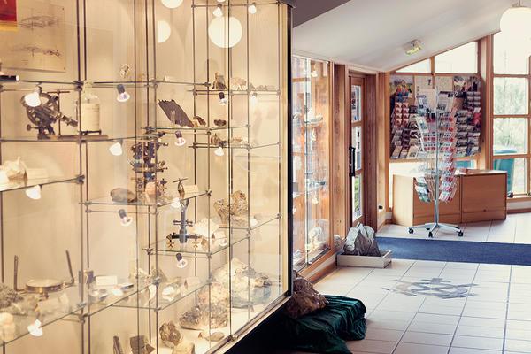 Museet har ei samling med mineraler som er utstilt på Informasjonssenteret. Foto/Photo