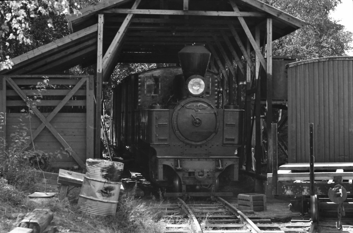 Damplokomotiv nr. 6 Høland i museumsjernbanen Tertitten sin enkle lokomotivstall på Bingsfoss stasjon.