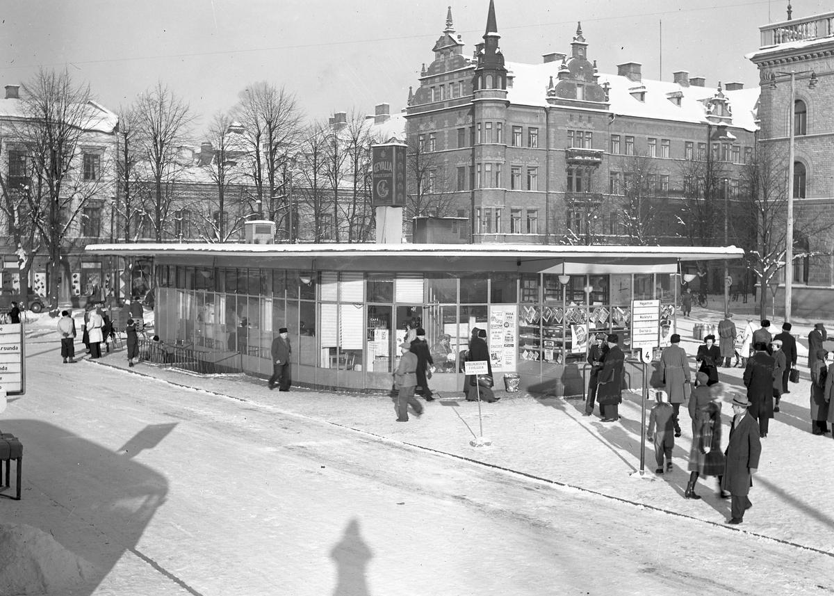 Busstation på stortorget med Gevaliaskylt på taket. den 9 februari 1947