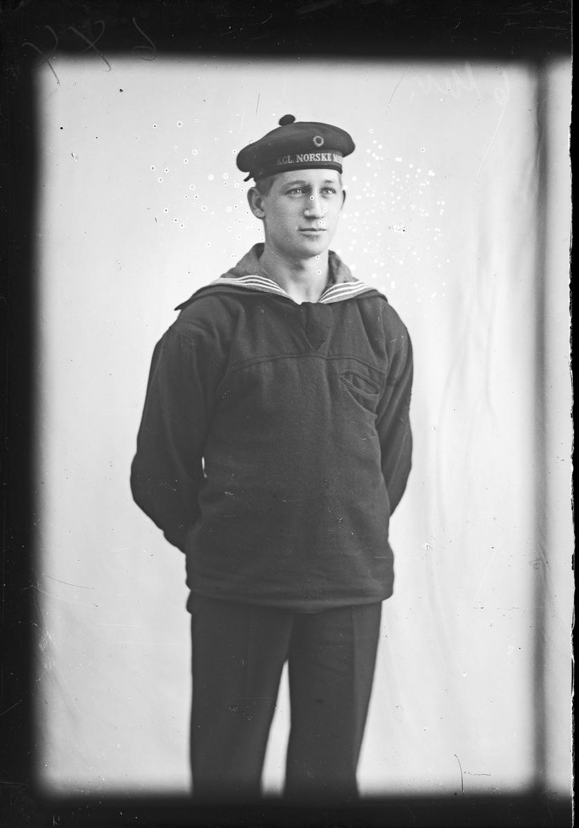 Portrett av matros Trygve Ottebæk, fra marinen.