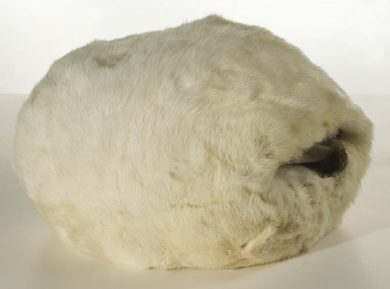 Gulhvit hermelinpels. Foret med dun i pose. Sylinderformet.