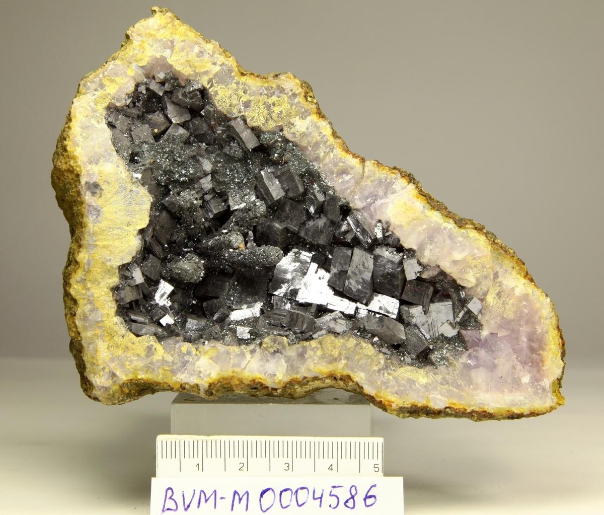Falsk geode med blyglans i 2 deler.
