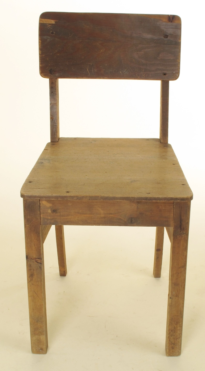 Enkel stol, rettlinjet, m. buet ryggbrett. sete av limte bord, spikret fast. Ryggbrett av kryssfiner, skrudd fast. Noe oppfliset ryggbrett.