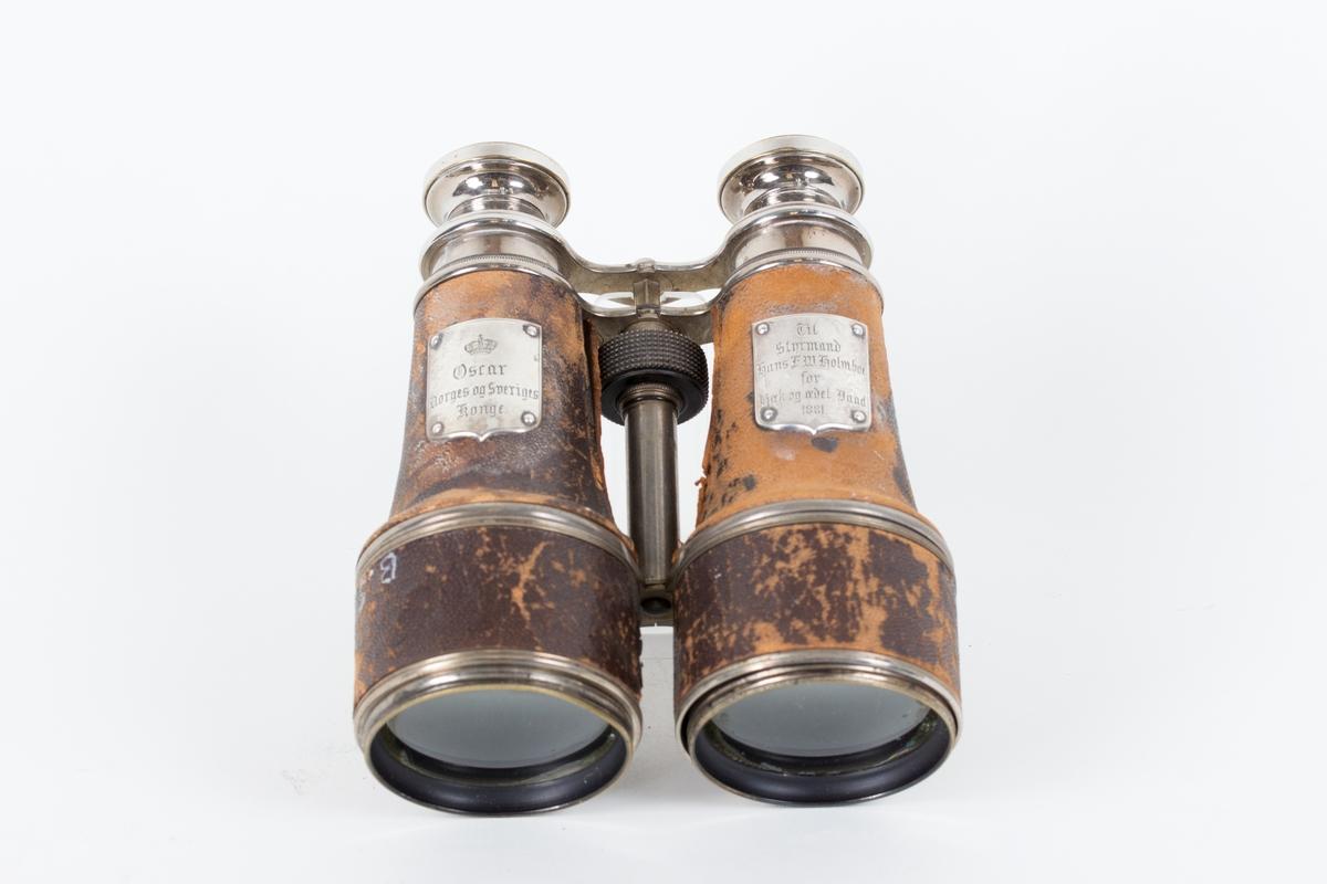 Marinekikkert gitt fra kong Oscar til styrmand Holmboe i 1881. På to sølvplaketter er det tekst.
