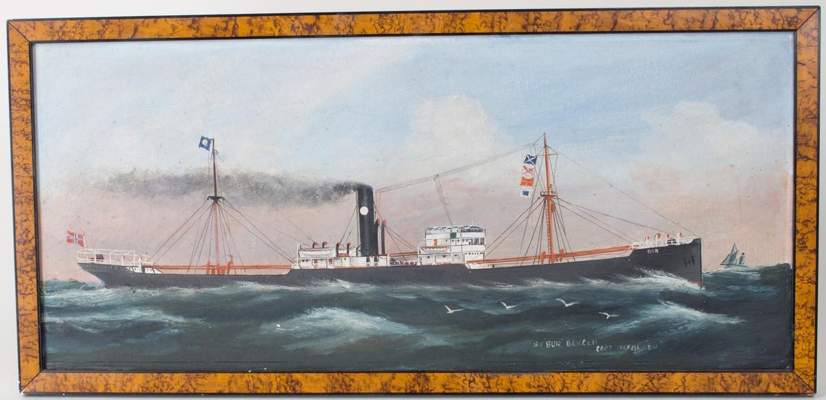 Skipsportrett av dampskipet BUR under fart på åpent hav med norske flagg akter samt signalflagg i mast.