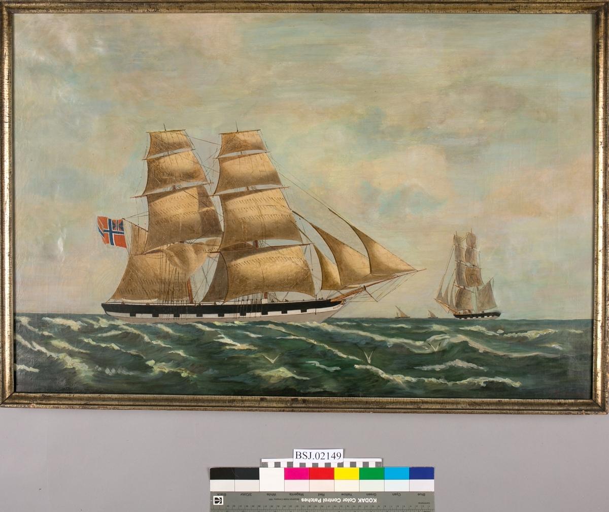 Skipsportrett av ukjent brigg under fulle seil. Skipet har kanonporter og unionsflagg i stormastgaffelen.