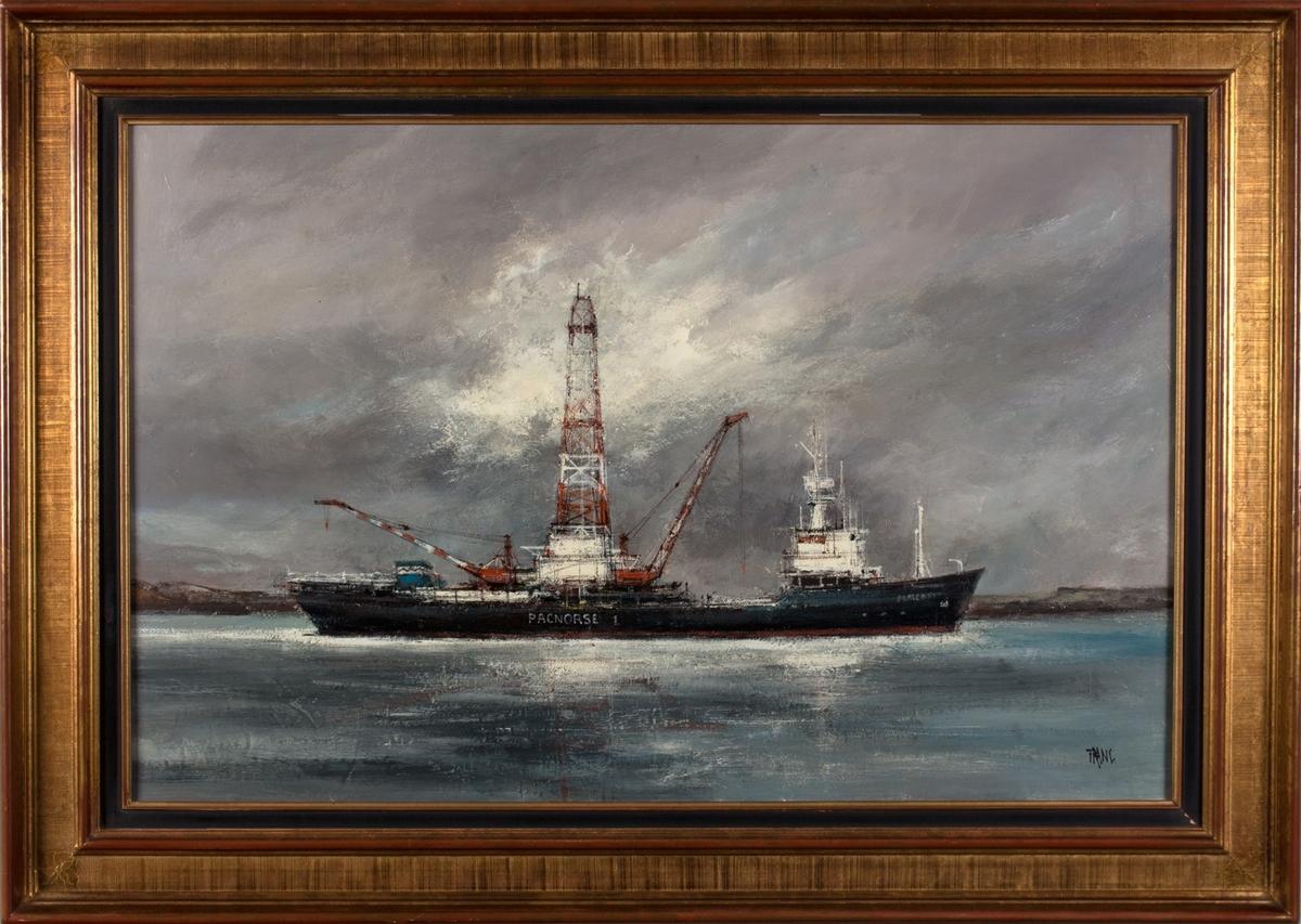Skipsportrett av boreskipet PACNORSE 1, land sees i bakgrunnen.