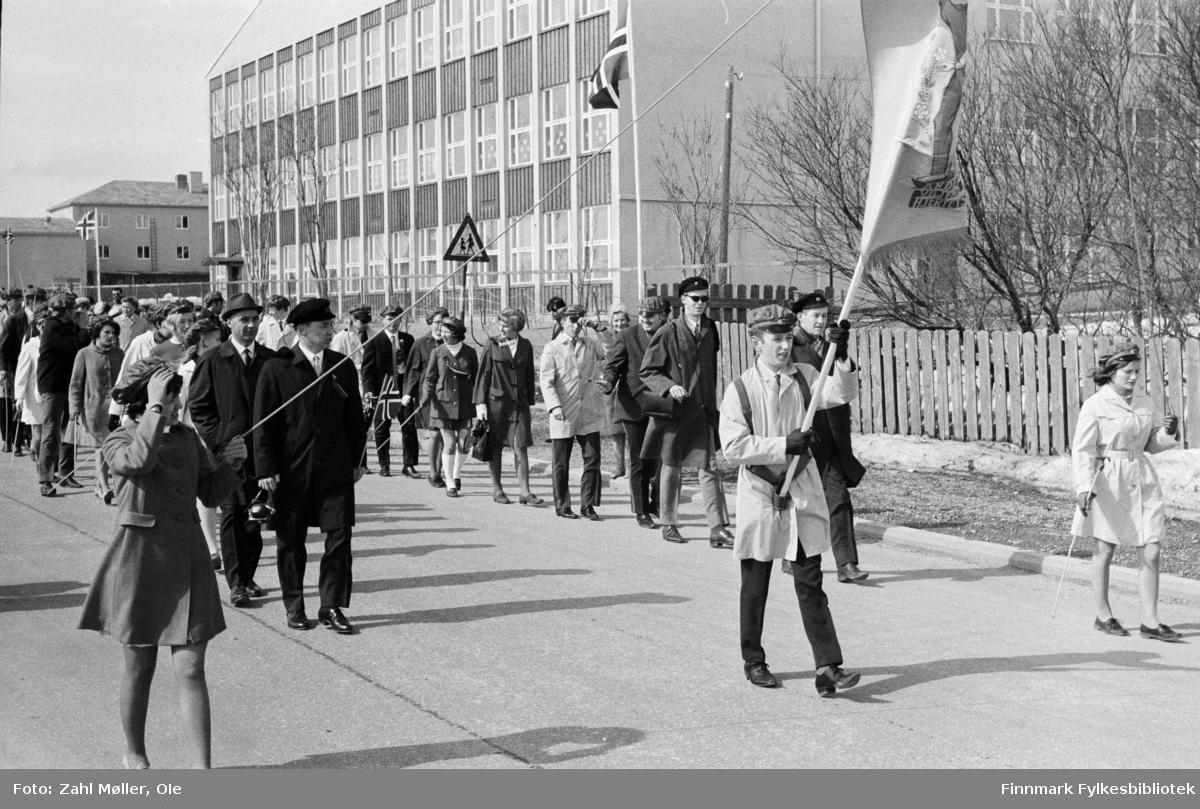 Vadsø 17.5.1969. Borgertog. Fotoserie av Vadsø-fotografen Ole Zahl-Mölö.