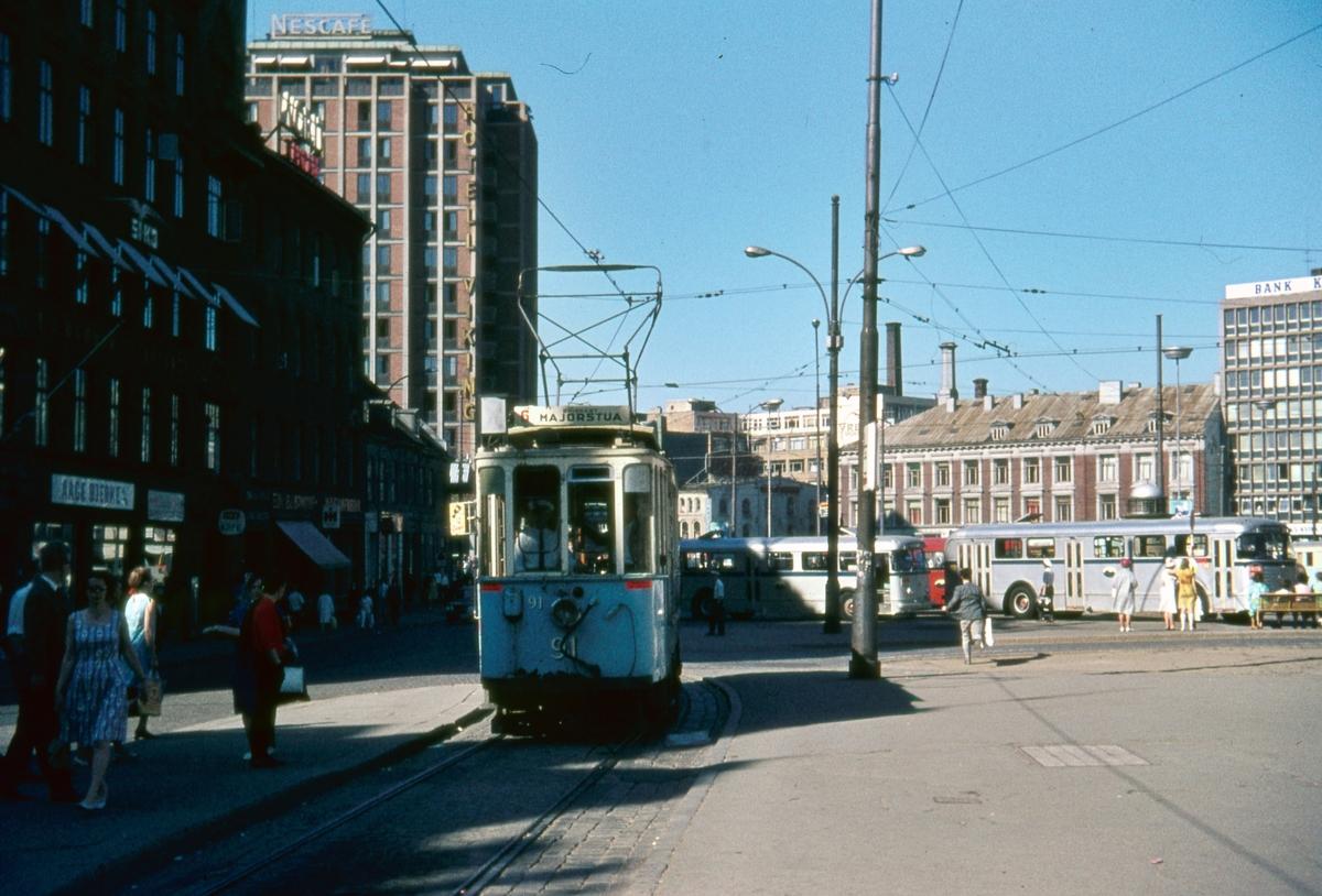 Sporvogn 91 på rute 6. Jernbanetorget. Dette var siste dag de klassiske toakslede Kristiania-trikkene gikk i ordinær rutetrafikk i Oslo.