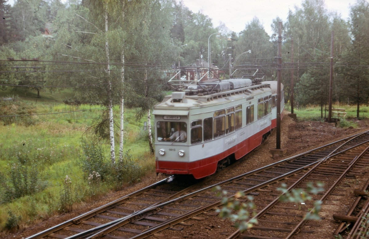 Ekebergbanens sporvogn 1013 med tilhenger ved Ljabru stasjon.