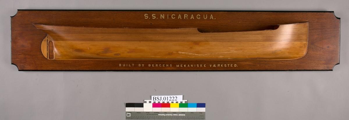 Halvmodell av DS NICARAGUA montert på treplate, målestokk 1:48.