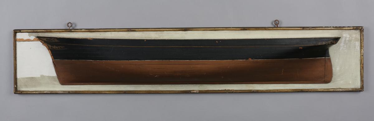 Halvmodell av ukjent skonnertbrigg montert på treplate.