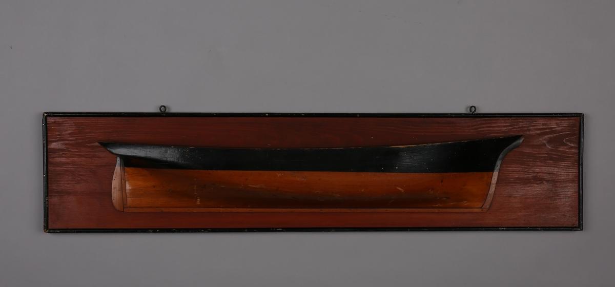 Halvmodell av ukjent seilfartøy montert på treplate.