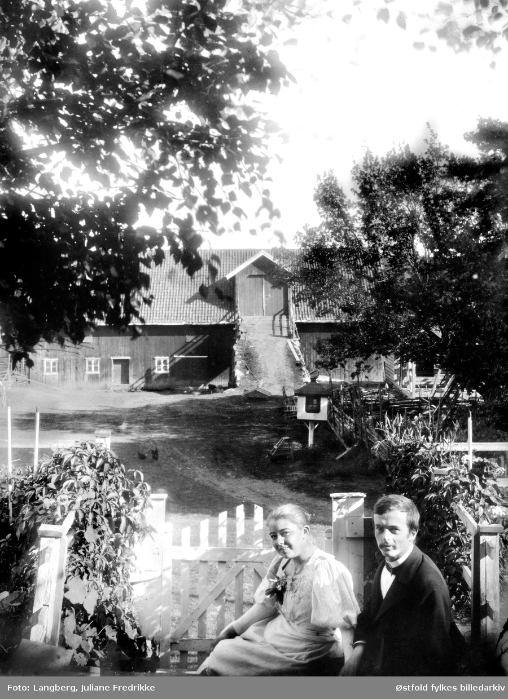 Ekteparet Margrethe Holm f. 1877 og  botaniker Haaken Hasberg  Gran f. 1870 i tunet  på Bergenhus kapellangård i Rakkestad ca. 1897. Margrethe var datter av Louise Langberg og prest Olaf Andreas Holm( f. 1845). De er fotografert av Margrethe tante.