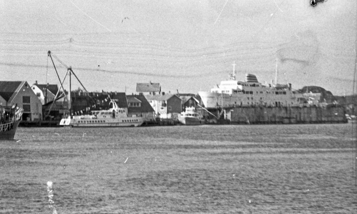 """Westamaranen """"Tryving"""". DSD-bygget og ferjen """"SKUDENES"""" i bakgrunnen. Fra kaien i Stavanger under Karmsund bro og gjennom Karmsundet til Haugesund."""