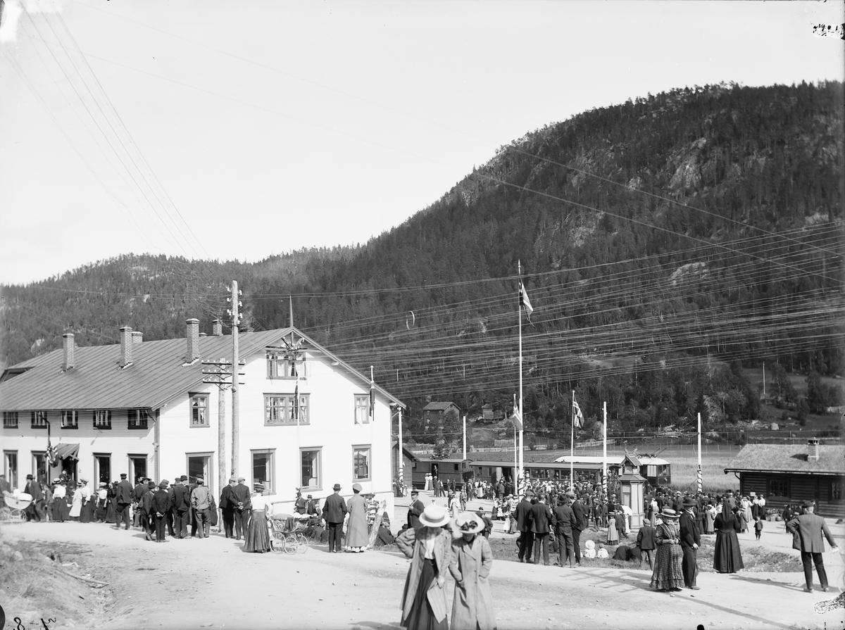 Åpningen av Løkkenbanen. Festkledde mennesker samlet på Løkken stasjon.