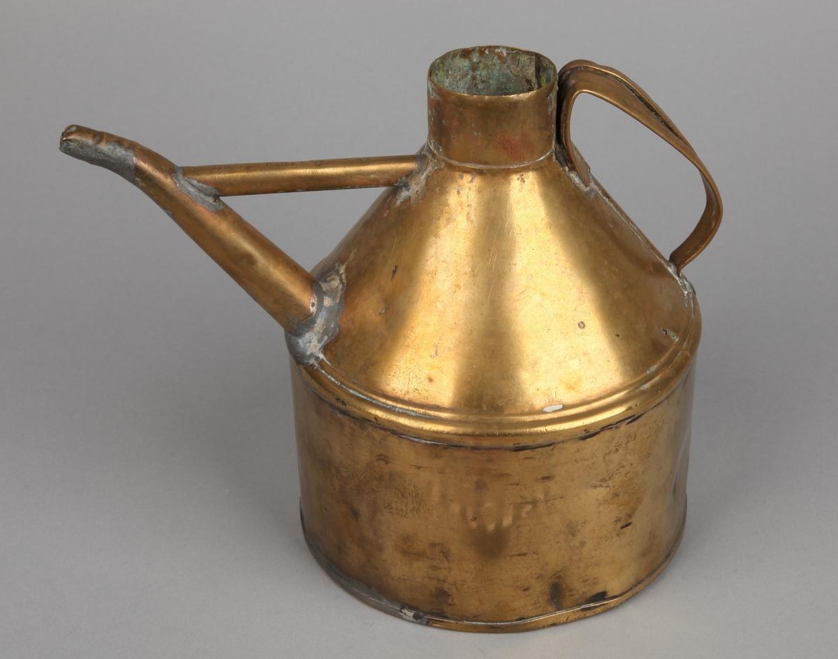 Oljekanne fra DS GUDVANGEN senere brukt på MS MÅLØY. Kanne i messing med håndtak og tut.