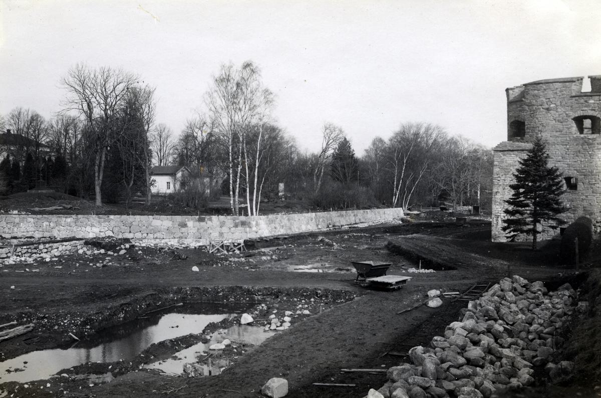 Utgrävning 1933 av torrgraven och vallgraven väster om Kalmar slott.