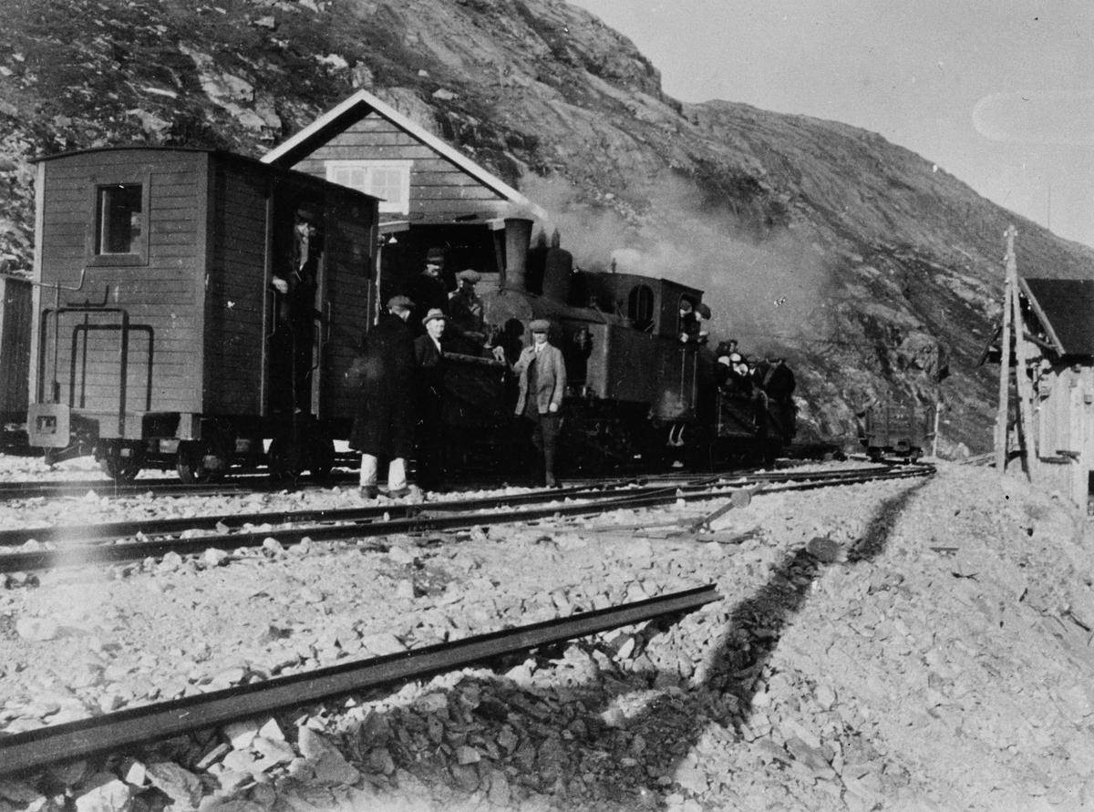 Tog på Topp heis stasjon på Aurabanen, trukket av damplokomotiv nr. 2 eller 3.