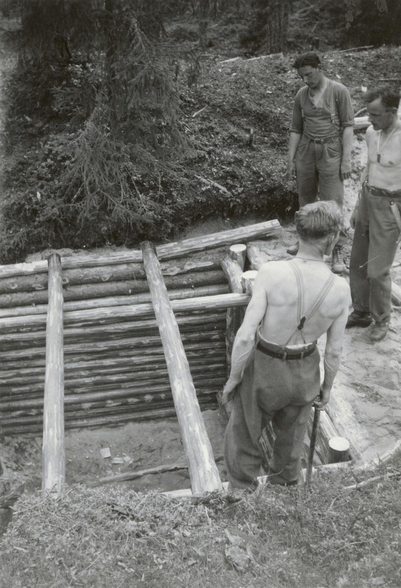 Skyddsrumsbyggnation med soldater från Södermanlands regemente I 10.