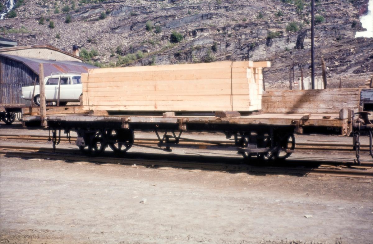 Godsvogn på Sulitjelmabanen, lastet med plank.
