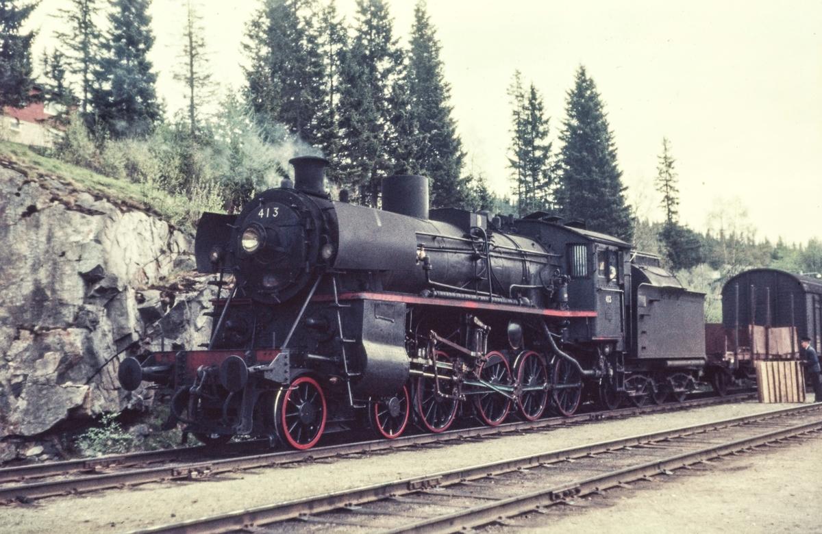 Damplokomotiv type 26c nr. 413 med nordgående godstog på Stensli stasjon.