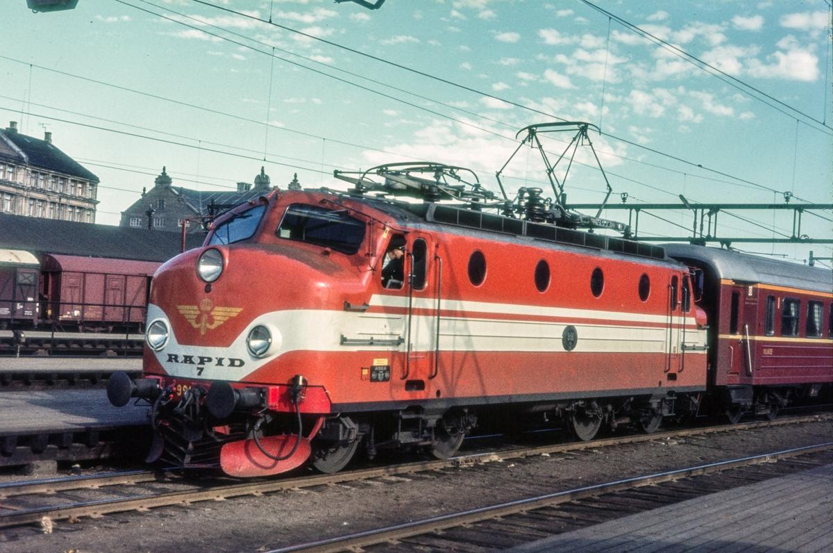 Ekspresstog fra Stockholm har ankommet Oslo Ø. Toget trekkes av svensk elektrisk lokomotiv type Ra (Rapid)