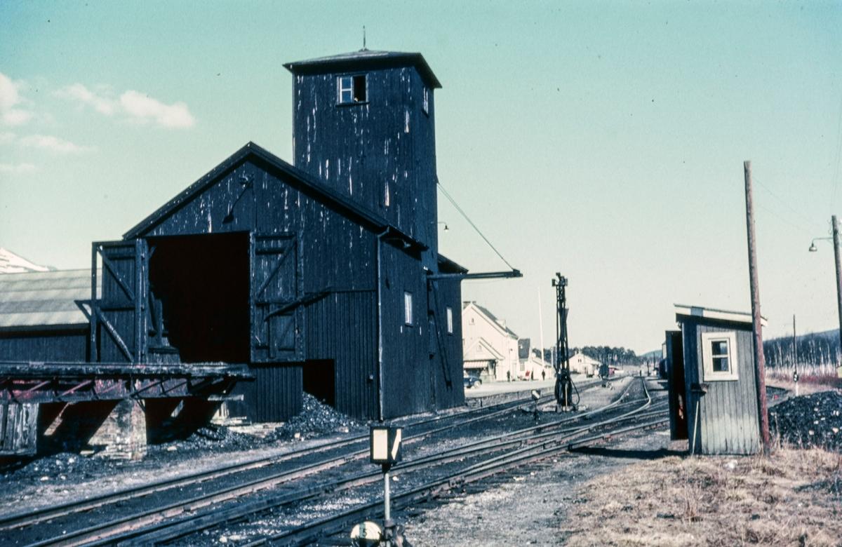 Anlegg for kullfyllyng på damplokomotivene på Oppdal stasjon.
