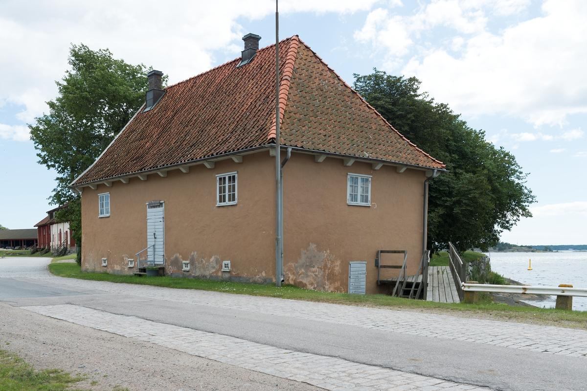 Fotodokumentation av Marinbasens byggnader. Corps de garde. Vaktbyggnad. Huset byggdes på 1730-talet.