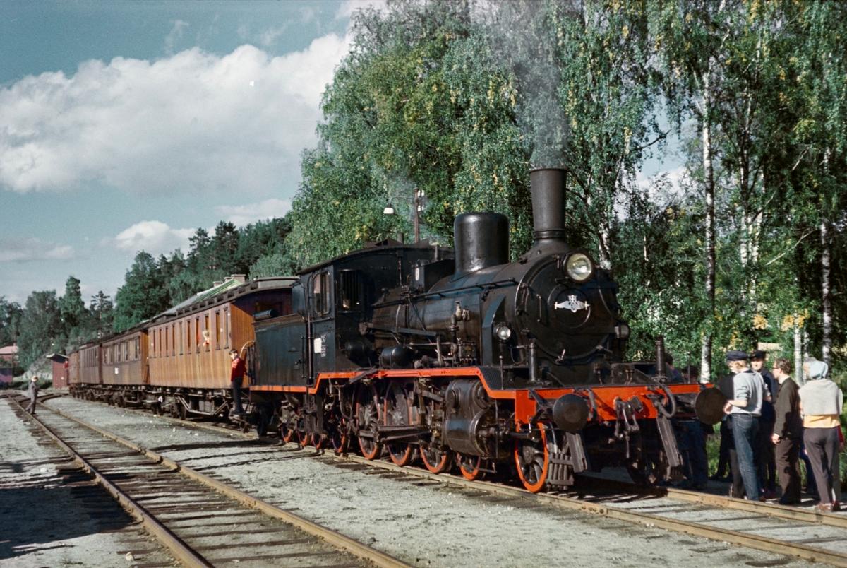 A/L Hølandsbanens veterantog fra Drammen til Krøderen på Krøderen stasjon. Toget trekkes av damplokomotiv 18c 245.