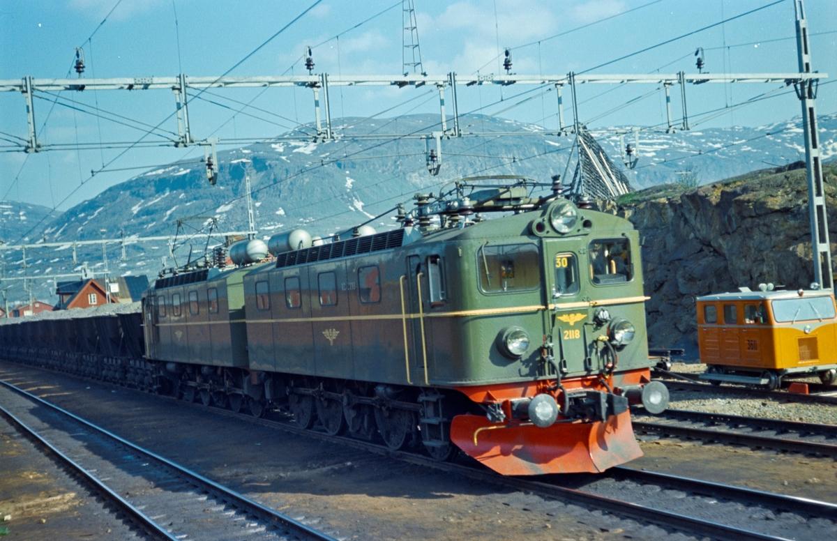 Lastet malmtog på vei til Narvik Malmbanan i Vassijaure mellom Kiruna og Riksgrensen. Toget trekkes av NSBs elektriske lokomotiv type El 12 nr. 2118.