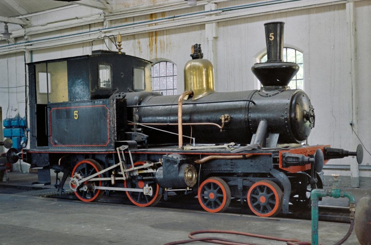 Damplokomotivet Bifrost i lokomotivstallen i Narvik. Lokomotivet ble senere stilt ut på Narvik stasjon.