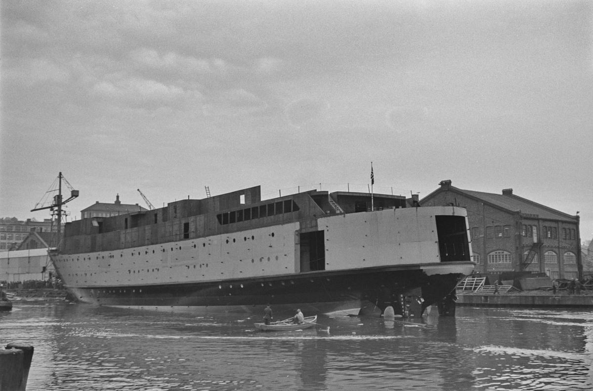 M/S Cort Adeler under sjøsetting ved Trondhjems Mek. Verksted, Trondheim. Skipet ble skadet under sjøsettingen